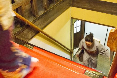 料亭春海の階段